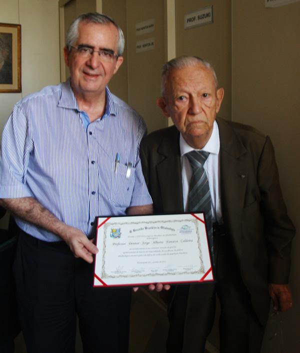 Prof. Dr. Milton R. Alves entrega homenagem ao Prof. Dr. Jorge Alberto F. Caldeira